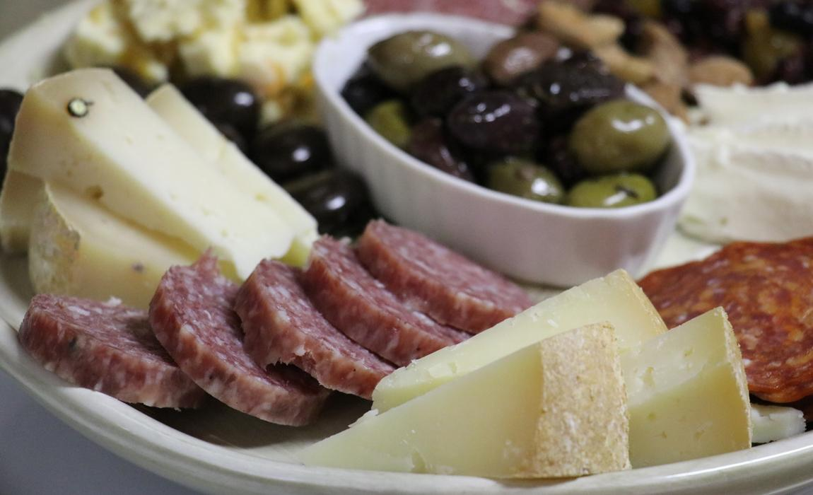 How to create a perfect charcuterie platter for wine tasting/